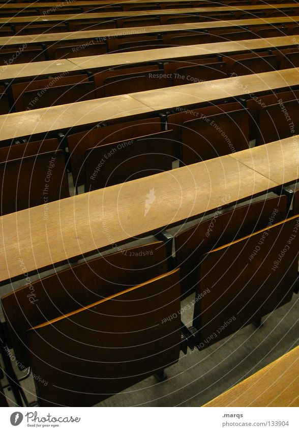 Bankdrücken Stuhl Holz Holzbank Schulbank Tisch Audimax Raster Ziel Rede Sitzreihe Bestuhlung anmelden Studium Steigung leer Erwartung Veranstaltung schwarz