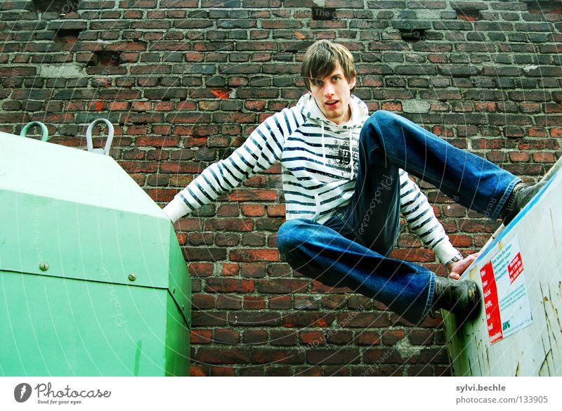let´s go another way Mann Jugendliche grün schön Erwachsene Wand oben springen Mauer Kraft hoch Körperhaltung Jeanshose festhalten sportlich aufwärts