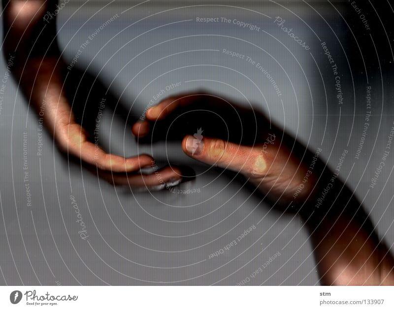 touch 5 schön Hand ruhig Gefühle Tod grau gehen liegen Nebel Angst Haut Tanzen Finger berühren Trauer festhalten