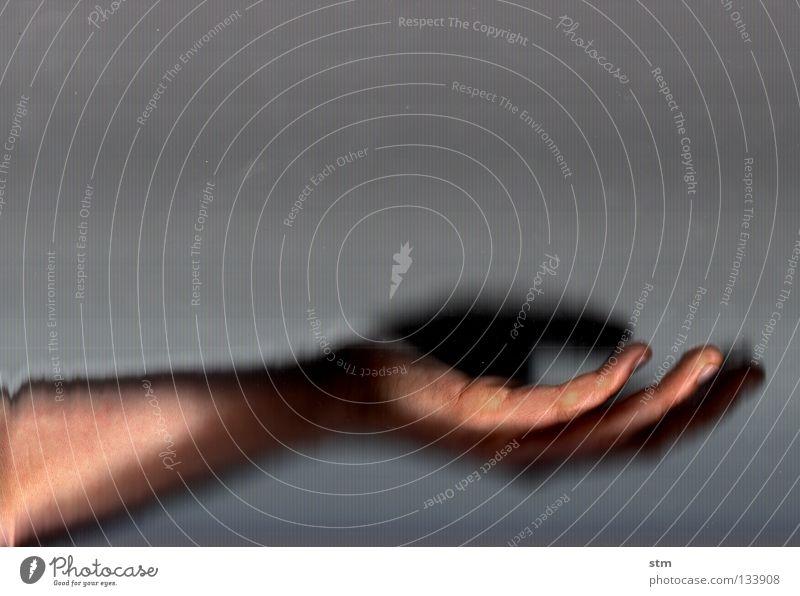 touch 6 Hand schön ruhig Tod Gefühle grau Tanzen Angst gehen Nebel Haut liegen Finger Suche Trauer festhalten