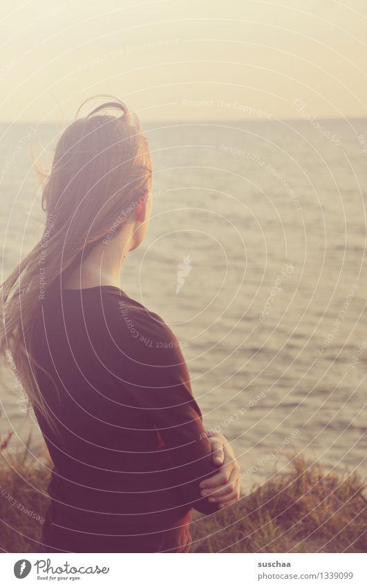 wann kommt die welle? Kind Mädchen Haare & Frisuren Rücken Meer Wasser Wasseroberfläche Blick warten Sehnsucht Ferien & Urlaub & Reisen Sommer