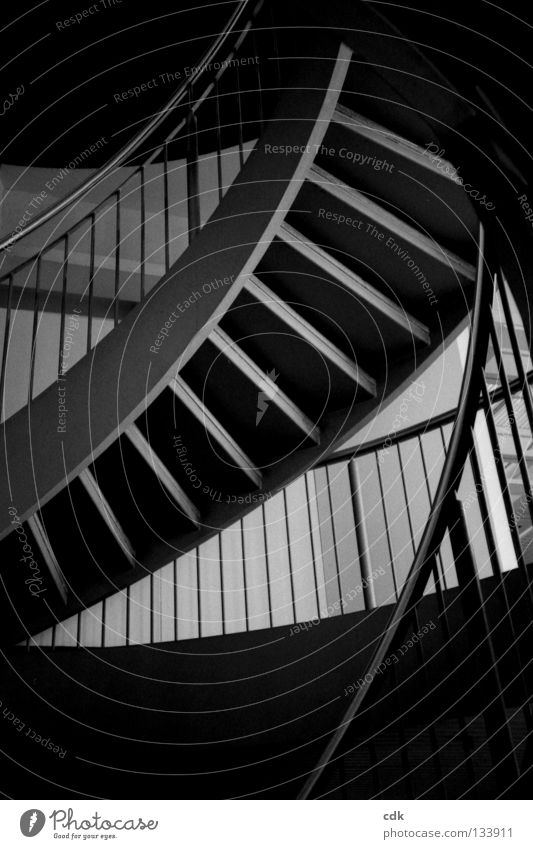 hoch hinaus Gebäude Raum Flur Etage Konstruktion unpersönlich normal grau Muster Strukturen & Formen dunkel oben tief stehen gehen aufsteigen Abstieg Richtung