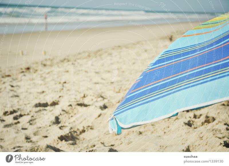 sonne + schirm = sonnenschirm sand strand meer wasser wellen stoff gestreift urlaub ferien sommer erholung
