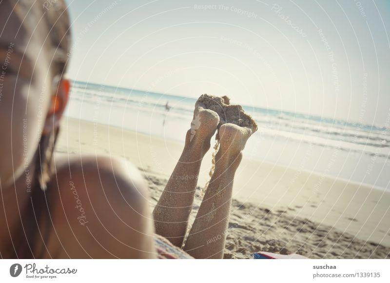 tag am strand II Kind Mädchen liegen Sonnenbad Haut braun Strand Sand Meer Wasser Ferien & Urlaub & Reisen Wärme Erholung genießen Beine Fuß