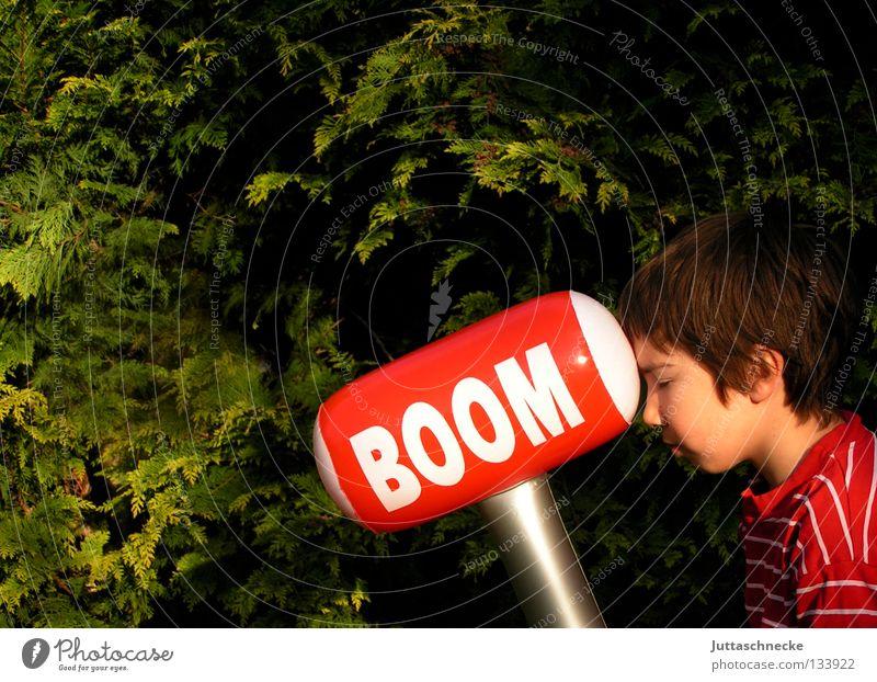 Boom Kind grün rot Junge Spielen Garten Kopf Macht Kommunizieren Spielzeug blasen dumm Hecke Hammer Zickzack ungefährlich