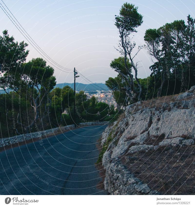 runter vom Notre-Dame de la Garde in Marseille Natur Ferien & Urlaub & Reisen Stadt Landschaft Einsamkeit dunkel Reisefotografie Umwelt Wärme Straße Wege & Pfade Tourismus Felsen ästhetisch Aussicht leer