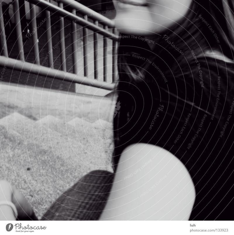 let it be Frau schön Erwachsene Glück grau lachen Treppe sitzen Fröhlichkeit Mund Lippen Küssen sanft Zucker grinsen Hälfte