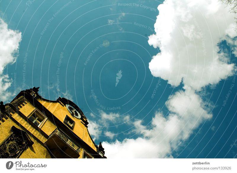 Kein Vogel Haus Gebäude Klassizismus Fassade Fenster Altbau Froschperspektive Wolken Kumulus himmelblau historisch Berlin Himmel oder so Museum Architektur