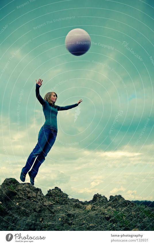 Völlig losgelöst... Frau Himmel Natur Sonne Sommer Freude Wolken Farbe Spielen Berge u. Gebirge springen Luft Erde gehen fliegen laufen