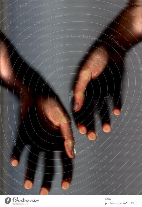 touch 7 Hand berühren Streicheln ruhen ruhig liegen grau Finger edel erfassen sensibel streichen verschwimmen Gefühle Fingerkuppe Fingerabdruck zart