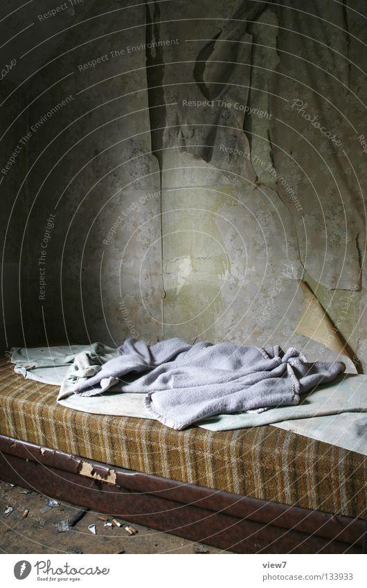 Schlafplätzchen Bett Ruine Müll schädlich Zufluchtsort Asozialer Kinderbett Sofa schlafen Raum Wand Tapete Muster entdecken Obdachlose obdachlos Heimat