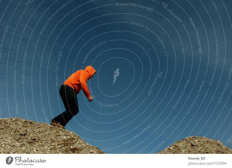 Kapuzenpulli hüpft durch die Landschaft Mensch Pullover Jacke weiß See Denken Zwerg gesichtslos maskulin unerkannt Kapuzenpullover Hand zyan Wolken leer