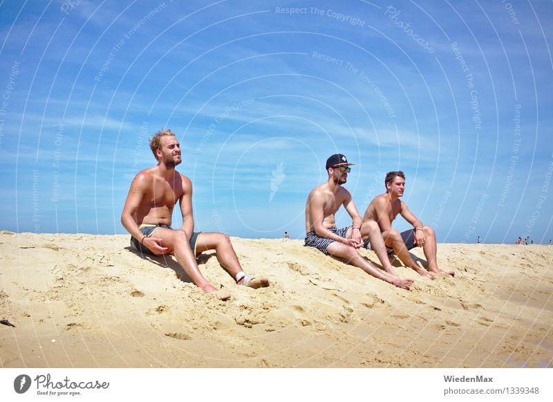3 Jungs am Strand Mensch Jugendliche blau Sommer Sonne Erholung Meer Strand 18-30 Jahre Erwachsene Gesundheit Freundschaft maskulin leuchten frei authentisch