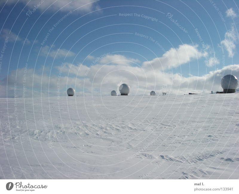schneeland weiß blau Winter Wolken Ferne kalt Schnee Kugel