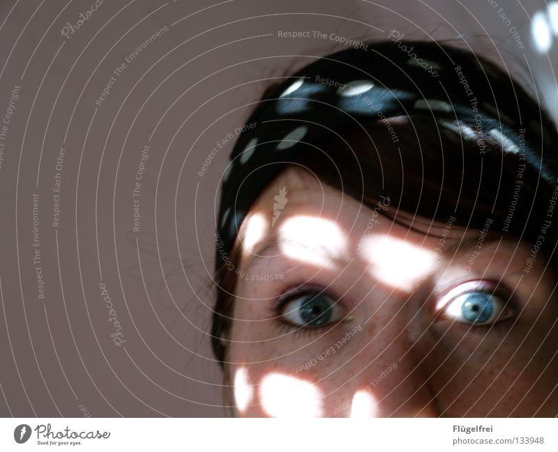Orchidee Mensch Frau Jugendliche blau Erwachsene Auge Beleuchtung Lampe offen Angst groß gefährlich Punkt entdecken Verschiedenheit Fleck
