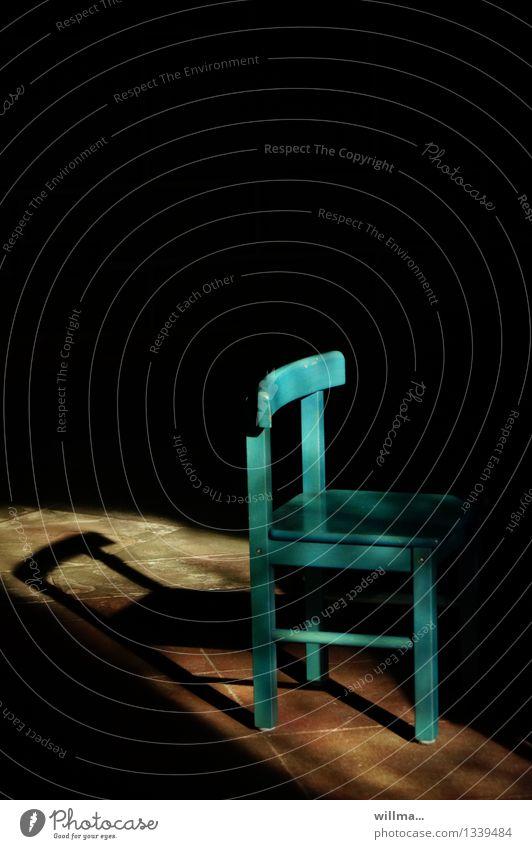 der leerstuhl Stuhl klein türkis Schatten Schattenspiel Schattenseite unbesetzt besetzen frei Farbfoto Menschenleer Textfreiraum oben