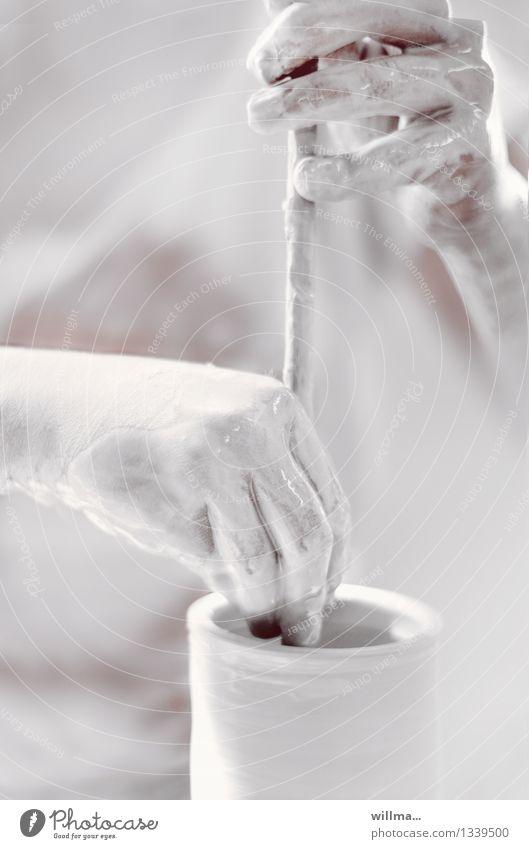 der tonmeister... weiß Hand grau hell Kreativität Finger Handwerk Behälter u. Gefäße gestalten Stab Kunsthandwerk Ton Keramik Geschicklichkeit Töpferei