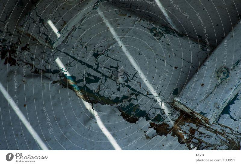 LACKSPUREN Wasserfahrzeug Streifen Bootslack Schraube Segelboot Makroaufnahme Nahaufnahme Lack Bank Sonne Farbe Holzbrett Detailaufnahme neusiedlersee ...
