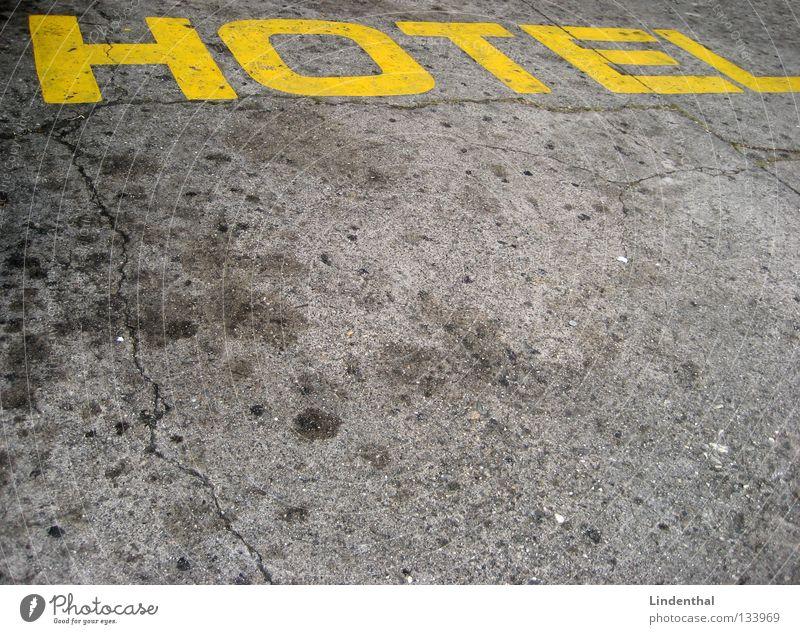 HOTEL gelb Straße schlafen Schriftzeichen Buchstaben Hotel Teer