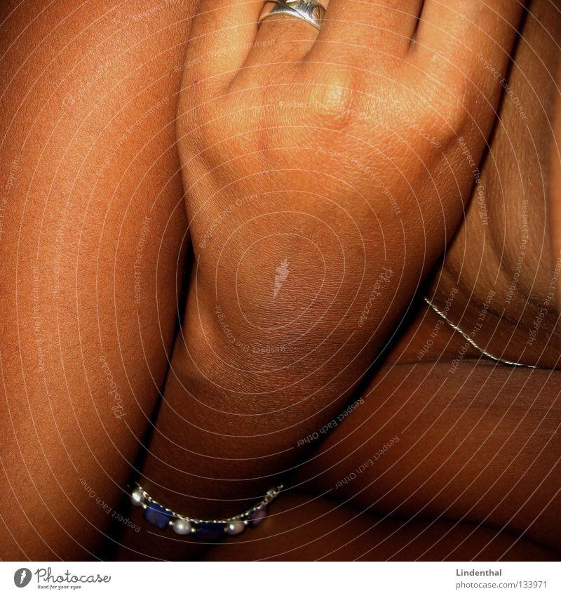 Schokolade Frau Hand schwarz braun Gesundheit Haut Arme Finger Kreis süß Hals durcheinander Halskette Armband Geschmackssinn