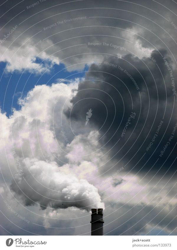 düster Qualm Industrie Energiewirtschaft Wolken Klimawandel Schornstein Rauch authentisch hässlich oben trist Hemmungslosigkeit Umweltverschmutzung Feinstaub