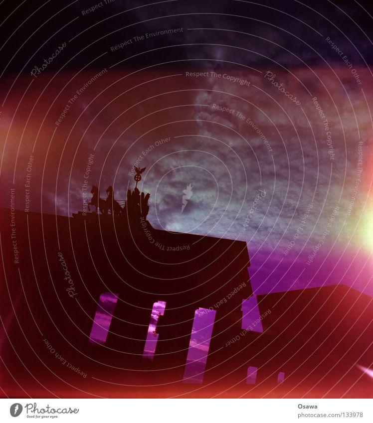 Mutterkorn Lomografie Mittelformat Brandenburger Tor Kunst Wahrzeichen Gebäude Bauwerk Gegenlicht mehrfarbig rosa Belichtung Lichteinfall Streulicht Denkmal
