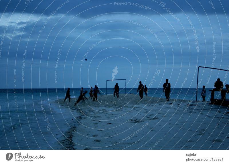 Üben für die EM? Spielen Freiheit Strand Meer Sport Sportmannschaft Fußball Ball Feierabend Mensch Mann Erwachsene Wasser Himmel Wolken Horizont Bewegung laufen