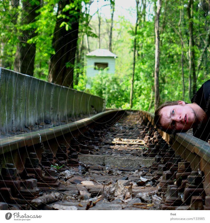 und kommt er? Mensch grün Kopf warten Eisenbahn Ohr Gleise hören Bahnhof Bahnsteig