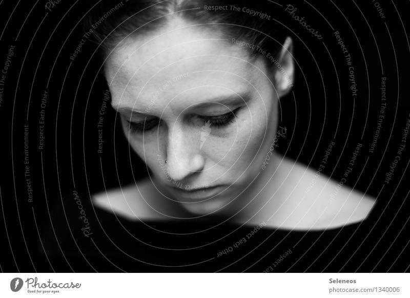 . Mensch feminin Frau Erwachsene Gesicht Auge Ohr Nase Mund Lippen 1 Traurigkeit dunkel Gefühle Stimmung demütig Sorge Müdigkeit Schüchternheit Schwarzweißfoto