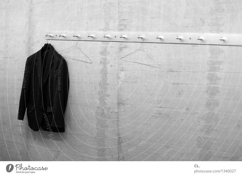 der letzte macht das licht aus Mauer Wand Mode Bekleidung Jacke Kleiderhaken Kleiderbügel Dienstleistungsgewerbe Schwarzweißfoto Innenaufnahme Menschenleer
