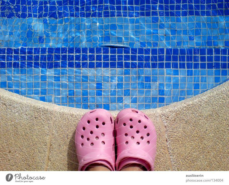 abgrundtief* Wasser blau Ferien & Urlaub & Reisen Schuhe rosa Treppe gefährlich Schwimmbad stehen Schwimmen & Baden Am Rand Mallorca Bogen Gummi
