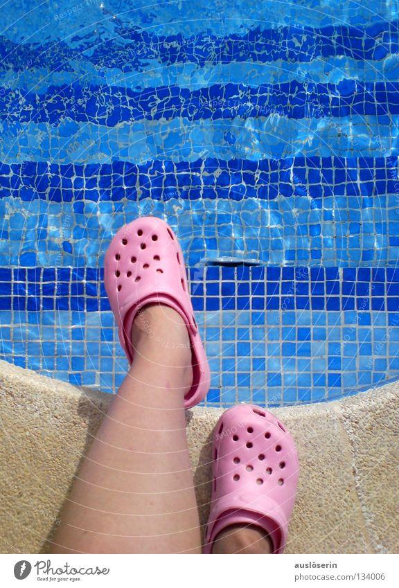 abgrundtief** Schwimmbad Ferien & Urlaub & Reisen Schuhe Gummi Mallorca rosa Am Rand stehen gefährlich Wasser Treppe blau Bogen Schwimmen & Baden