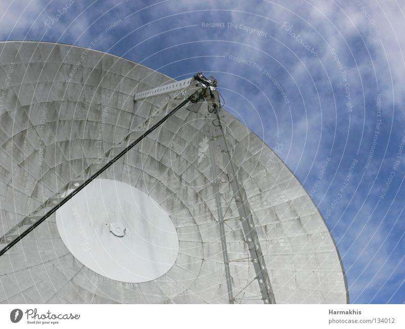 Arthur in the sky Himmel blau Wolken Freiheit modern groß Geschwindigkeit Technik & Technologie rund Stahl Schalen & Schüsseln Raumfahrt Radio England Antenne technisch