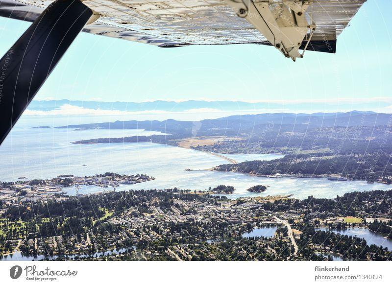 fliegen. Erde Himmel Sonne Wald Hügel Berge u. Gebirge Küste Meer Pazifik Vancouver Island Victoria Kanada Nordamerika Hafenstadt Stadtzentrum Stadtrand Ferne