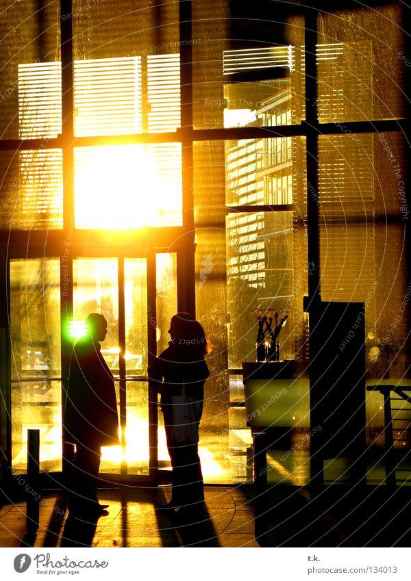 Raucherpause sprechen Mensch Frau Erwachsene Mann 2 Pause geschäftlich Abenddämmerung Farbfoto Außenaufnahme Schatten Sonnenlicht Gegenlicht Menschengruppe