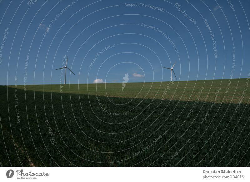 saubere Energie I Himmel weiß grün blau Wolken Wiese Gras Feld Industrie Elektrizität Zukunft Wissenschaften Getreide Windkraftanlage ökologisch Kornfeld