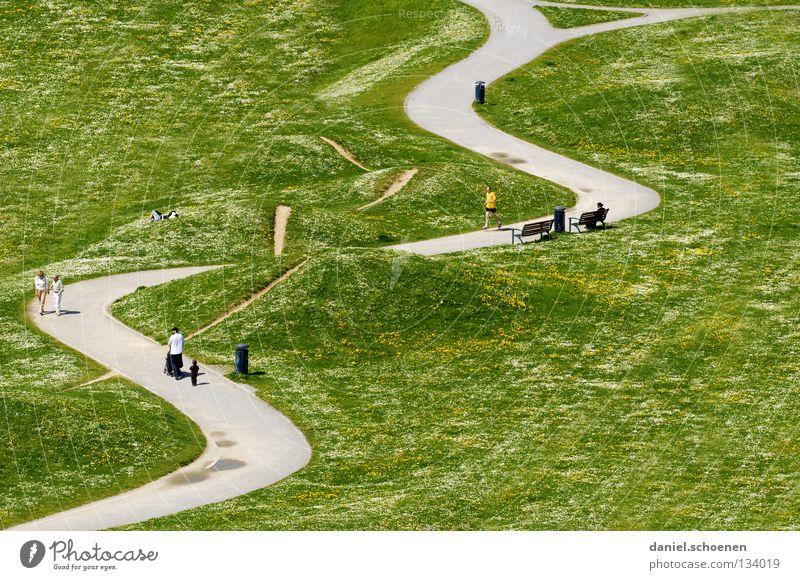 Sonntagsspaziergang Mensch grün Straße Erholung Wiese Frühling Garten Menschengruppe Wege & Pfade Park wandern laufen Perspektive Spaziergang Kurve Wochenende