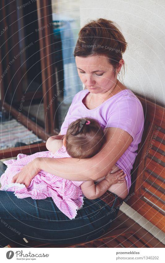 Mutter, die ihr kleines Baby auf dem Patio stillt Mensch Frau Kind schön Mädchen Erwachsene Leben Liebe Familie & Verwandtschaft Lifestyle Zusammensein Kindheit