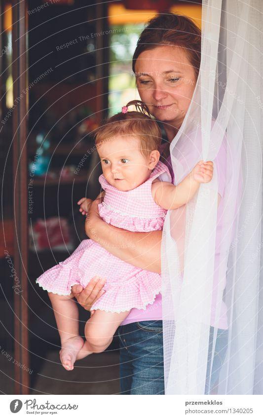 Frau, die an der Terrassentür mit ihrer kleinen Tochter steht Mensch Kind Sommer Mädchen Erwachsene Leben natürlich Familie & Verwandtschaft Lifestyle
