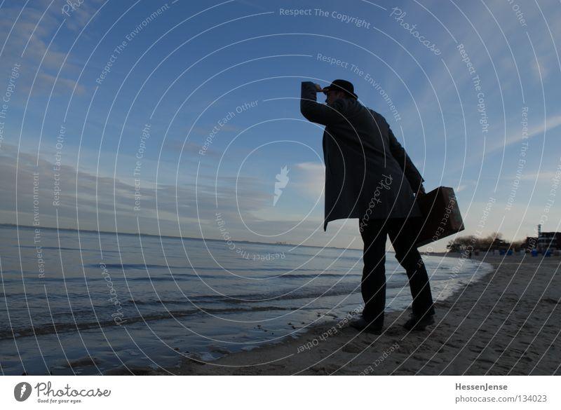 Person 38 Hoffnung Meer Koffer Suche See Wellen Strand verloren Konzentration Mann Mafia Hut Himmel