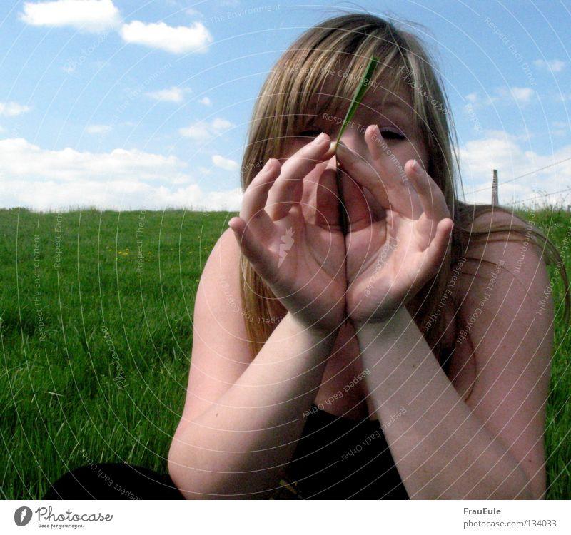 quiiiiiiiiiiiiiiiiiiiiiiiiiiiick Frau Hand Jugendliche grün blau Sommer Wolken Wiese Gras Arme Finger offen blasen Halm Ton Geräusch
