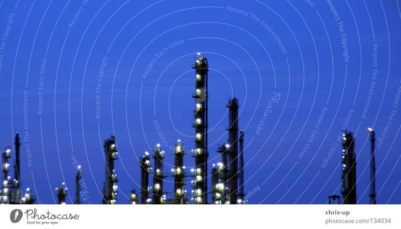 """Industrie """"Blaue Stunde"""" Fabrik Raffinerie Kühlung Umwelt Umweltverschmutzung Benzin Erdöl Diesel blau Dämmerung Elektrizität Kohlekraftwerk Abgas"""