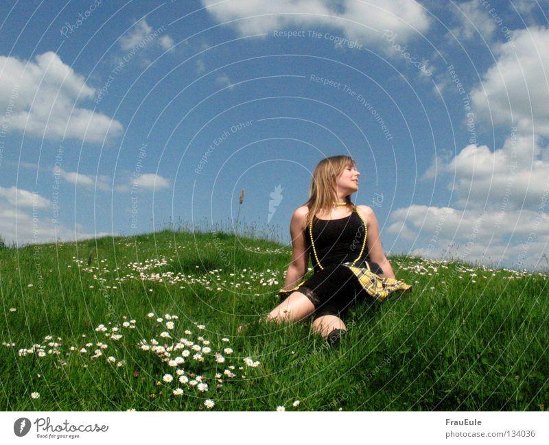 Endlich Sommer! Sonnenstrahlen genießen abstützen Wiese Wolken weiß grün Blume Gänseblümchen Löwenzahn Hügel Jahreszeiten Erholung Perle Perlenkette Minirock