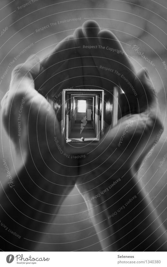 tief blicken lassen Haut Mensch maskulin Hand Finger 1 Haus Tür Flur eckig gruselig Doppelbelichtung Schwarzweißfoto Licht Schatten