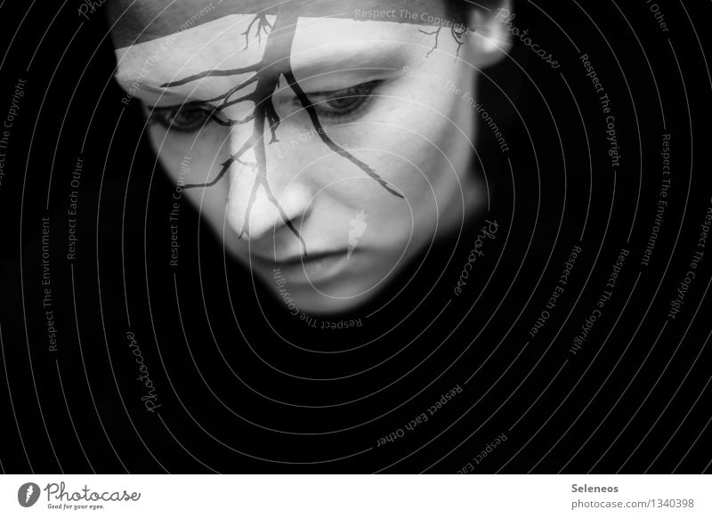 Unter Wasser Haut Gesicht Mensch feminin Frau Erwachsene Auge Ohr Nase Mund Lippen 1 Baum Traurigkeit dunkel Sorge Trauer Sehnsucht Einsamkeit Erschöpfung