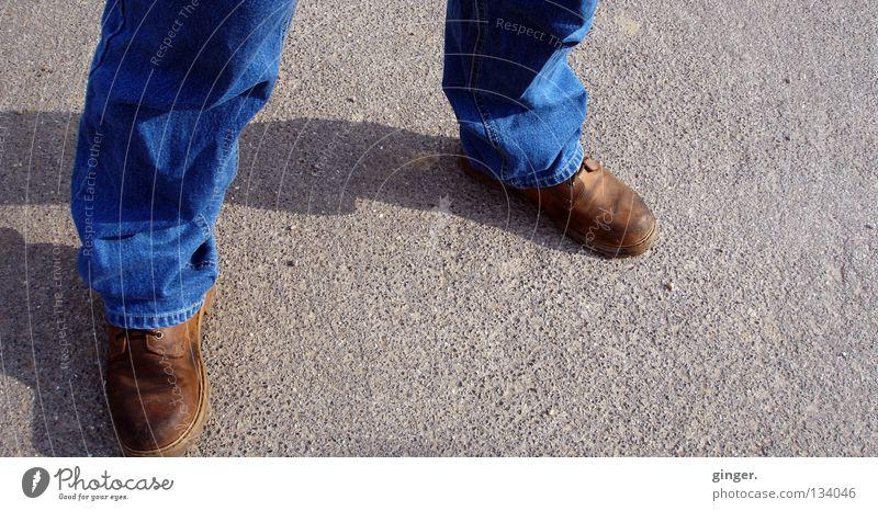 Absolut bodenständig Mann blau ruhig Erwachsene dunkel grau Beine hell Fuß braun Schuhe stehen Sicherheit Jeanshose Asphalt Falte