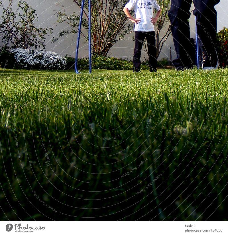 Rasenperspektive Tor Boden Sportrasen Gras grün Halm Garten Stab Hose Beine Spielen Leidenschaft Perspektive Sträucher Fußballplatz Europameisterschaft Torwart