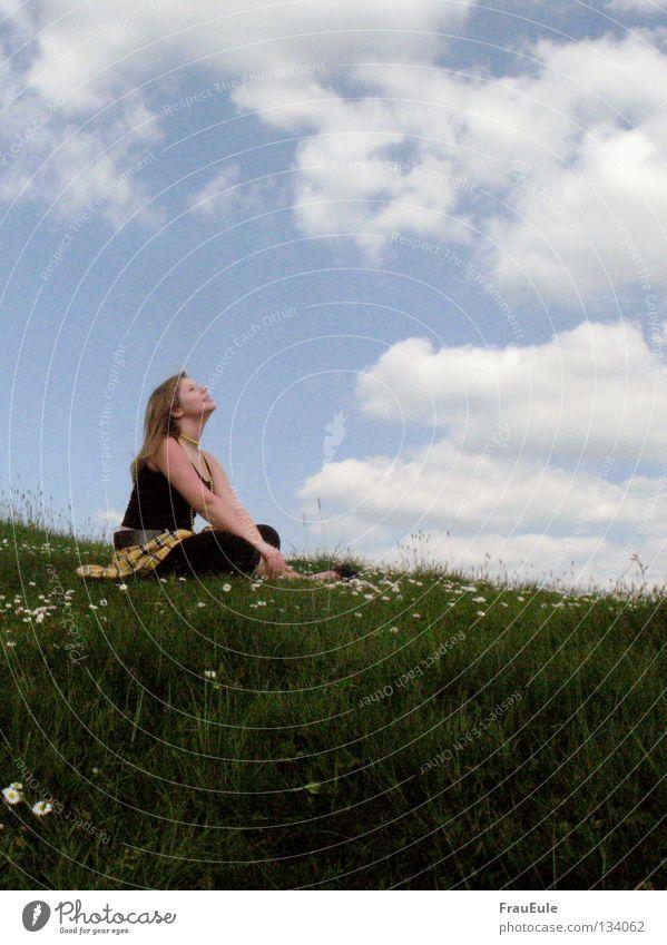 Sommer, Sommer! Frau Himmel weiß Blume grün blau Freude Wolken gelb Erholung Wiese Berge u. Gebirge lachen träumen Zufriedenheit