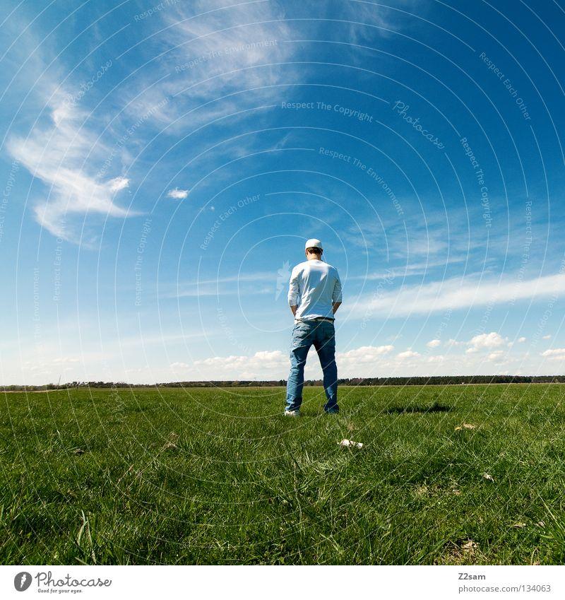 bewässerung Mann Natur Jugendliche Himmel weiß grün blau Sommer ruhig Wolken Ferne Farbe Erholung Wiese springen Stil
