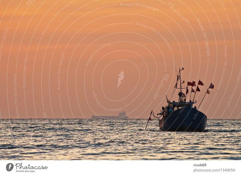 Fischkutter Natur Landschaft Wasser Wolken Ostsee Meer Fischerboot Wasserfahrzeug maritim blau gelb rot ruhig Tourismus Ferien & Urlaub & Reisen Ostseeküste